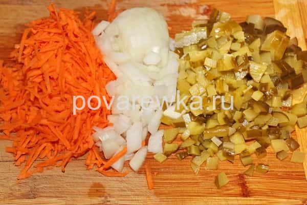 Рассольник с перловкой, солеными огурцами и морковью