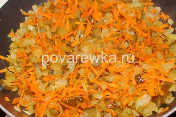 Зажарка для рассольника с перловкой, огурцами, морковью и луком