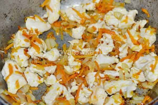 Плов с курицей с морковью и луком на сковороде