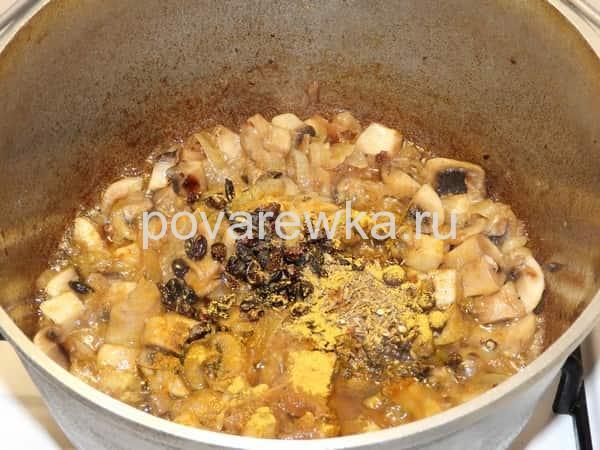Постный плов с грибами и овощами в обжарке