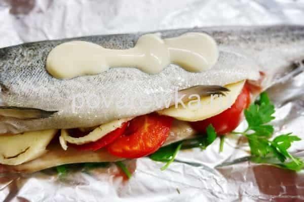 Рыба в духовке с помидорами и сыром под майонезом