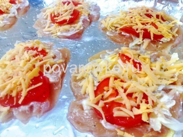 Куриные грудки с сыром и помидорами в духовке