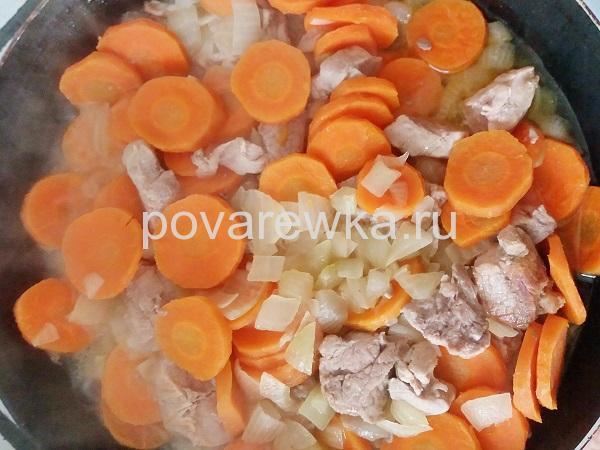 Гуляш из говядины с подливкой с морковью