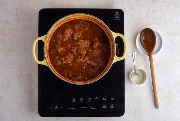 Гуляш из говядины с подливкой: рецепт