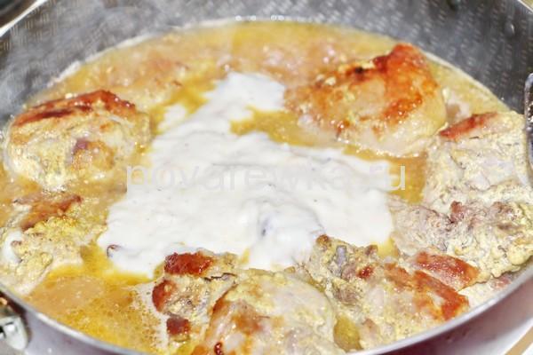 Курица на сковороде в соусе с молоком