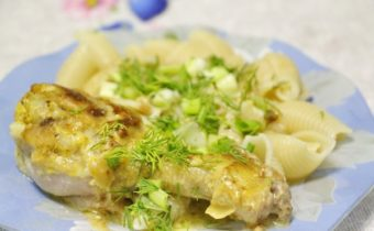 Курица тушеная со сметаной и чесноком на сковороде