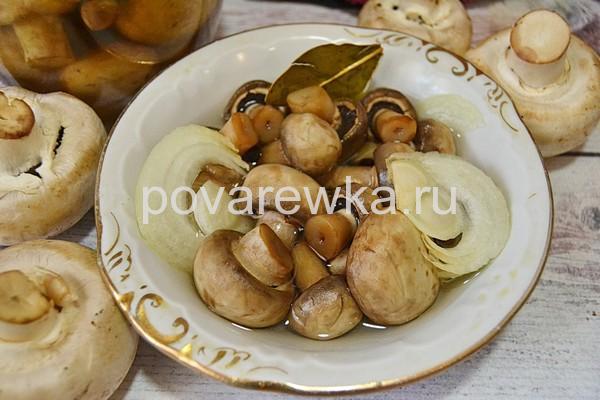 Маринованные шампиньоны с луком и специями