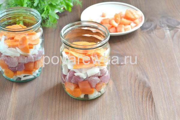 Свинина с овощами в банке в духовке