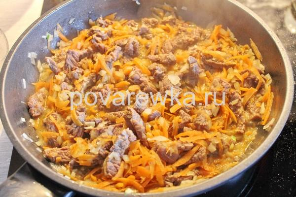 Тушеная капуста с мясом на сковороде