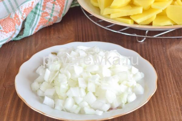 Тушеный картофель с луком