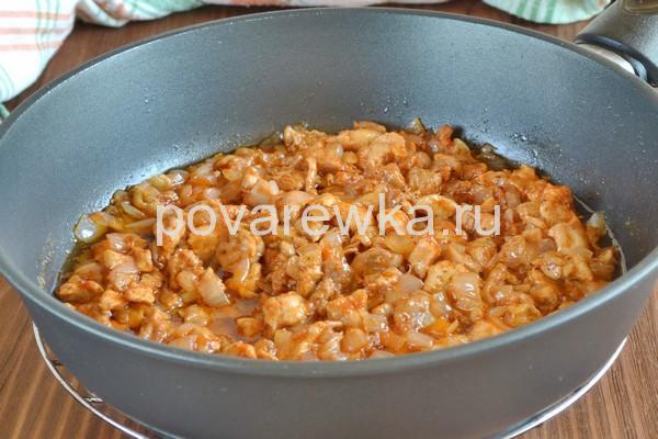 Тушеная картошка с томатной пастой в сковороде