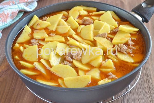 Тушеная картошка с овощами и мясом на сковороде