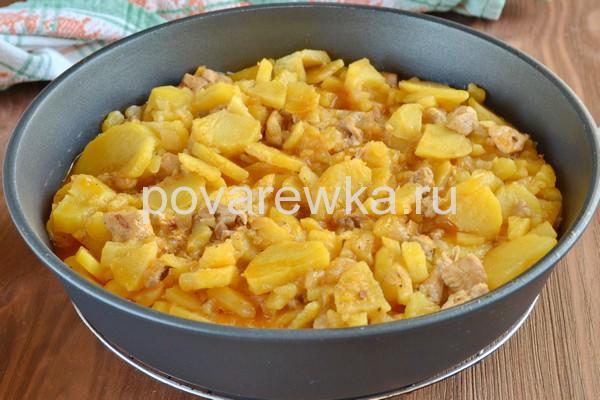 Тушеная картошка с курицей и томатной пастой