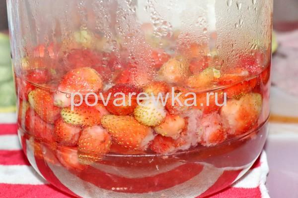 Клубничный компот с целыми ягодами