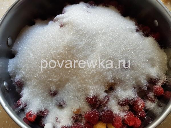 Малина с сахаром для варенья