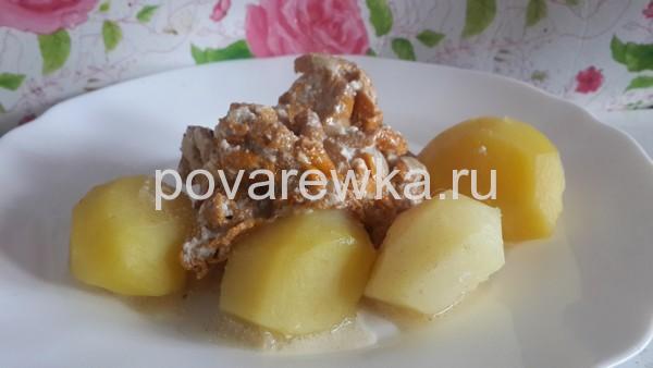 Жареные лисички со сметаной и картошкой