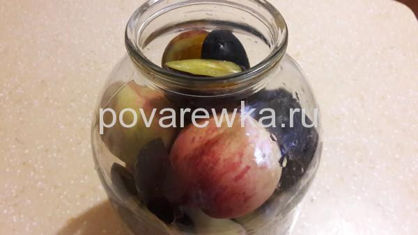 сливы и персики в банке