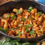 Жареные лисички со сметаной и луком на сковороде