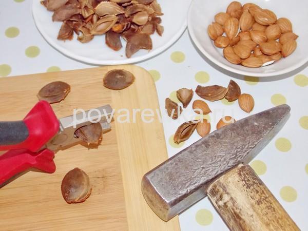Как вынуть ядрышки из косточек абрикосов
