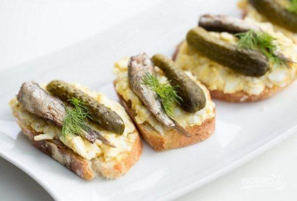 Праздничные бутерброды со шпротами и огурцом