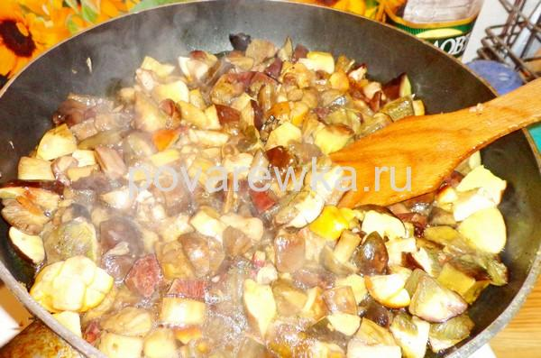 Обжарить овощи с грибами на сковороде