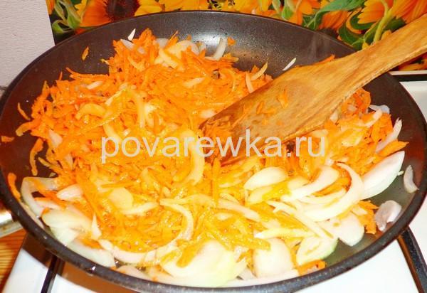 Жульен на сковороде с грибами и морковью
