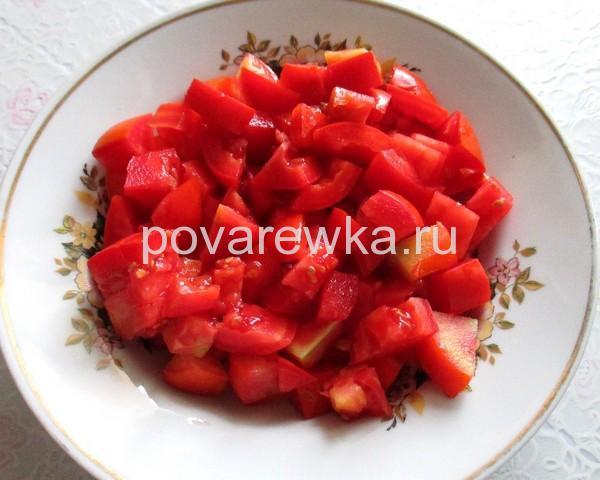 Свежие помидоры кубиками для салата с курицей на Новый год 2019