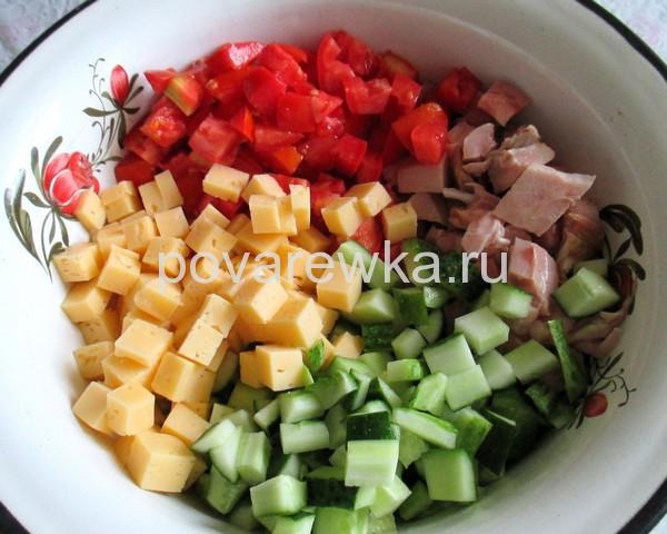 Салат с курицей сыром и помидорами