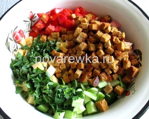 Салат с курицей огурцами и кириешками