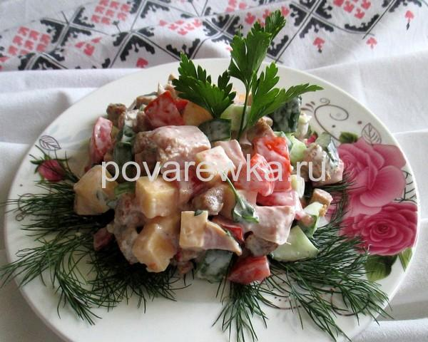 Новогодний салат с курицей копченой помидорами и огурцами