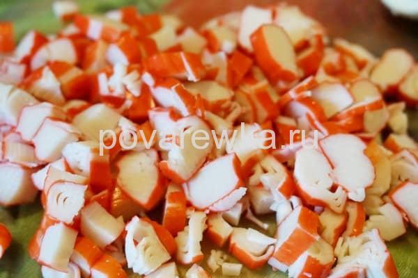Порезать крабовые палочки для салата
