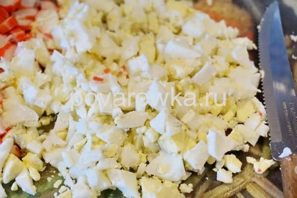 Порезать вареные яйца для крабового салата