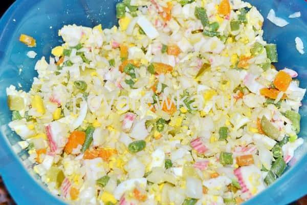 Салат с крабовыми палочками с майонезом и яйцом