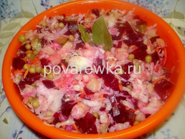 Классический салат винегрет со свеклой и горошком