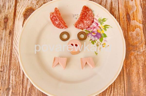 Салаты на Новый год 2019 в виде Свиньи украшение из колбасы