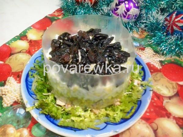 Салат с курицей и грибами: классический простой рецепт с черносливом