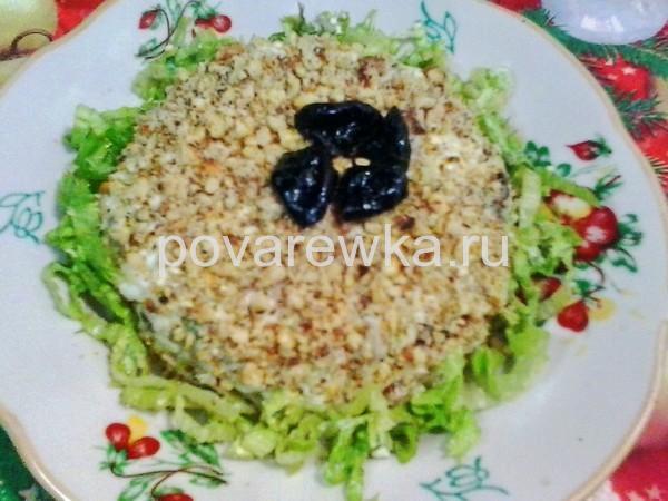 Салат с курицей и грибами: классический простой рецепт с орехами и черносливом
