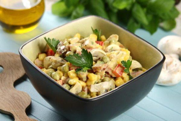 Салат с курицей и грибами: классический простой рецепт без майонеза с кукурузой