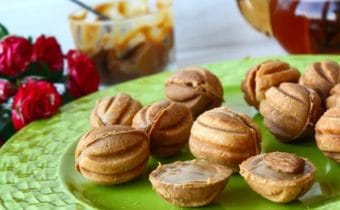 Орешки со сгущенкой: классический рецепт в орешнице