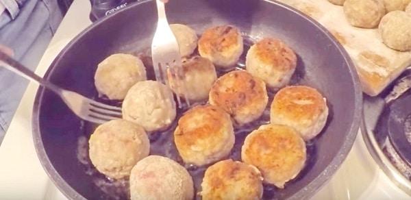 Тефтели с подливкой на сковороде: классический рецепт