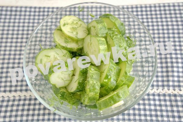 Малосольные огурцы с чесноком и зеленью со специями