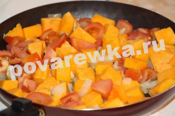 Тыквенный суп с помидорами и луком в сковороде