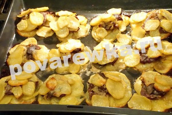 Картошка с мясом в духовке на противне
