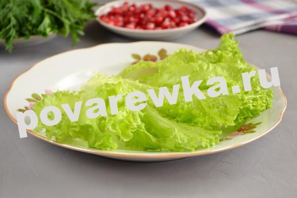 Слоеный салат с мясом и листьями салата
