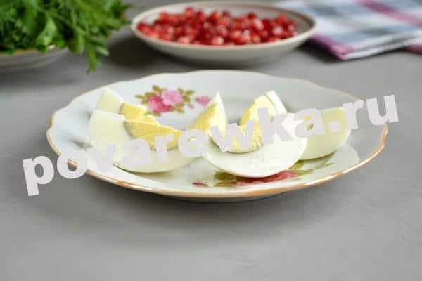 Слоеный салат с мясом и вареным яйцом