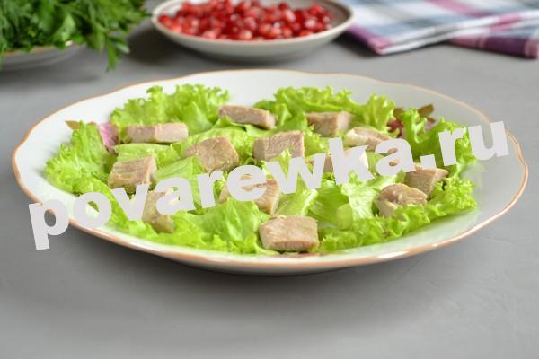 Вареная свинина и салатные листья - первый слой