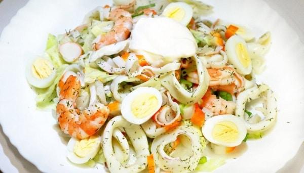 Самый простой салат с кальмарами и крабовыми палочками на Новый год
