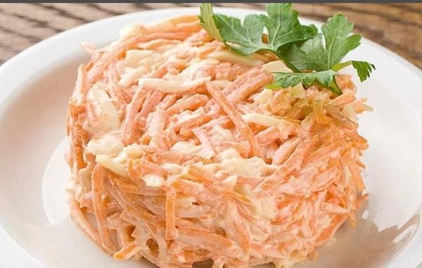Простой салат с морковью, сыром и сухариками