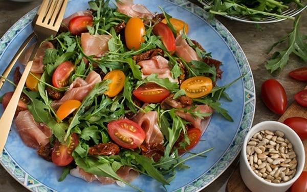 Свежий и легкий салатик с рукколой и помидорами
