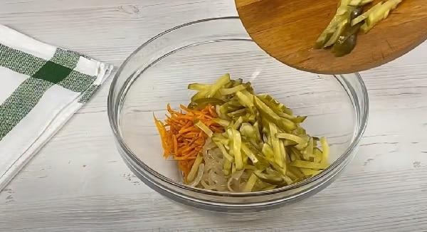 Огурцы соленые с луком и корейской морковкой